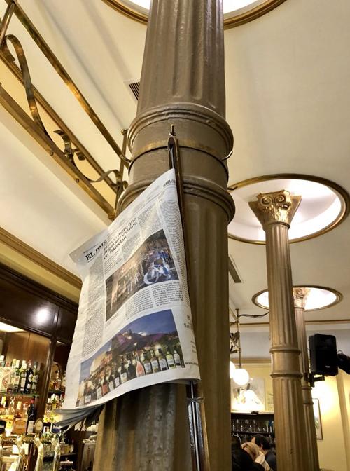 Detalle columnas del Café Novelty con prensa