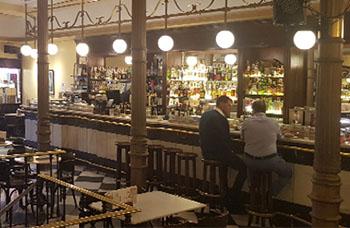 Salón y barra del Café Novelty