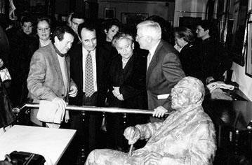 Inauguración de la estatua de Torrente Ballester en el Café Novelty