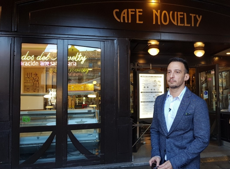 Amanabar en el Cafe Novelty presentando Mientras dure la Guerra